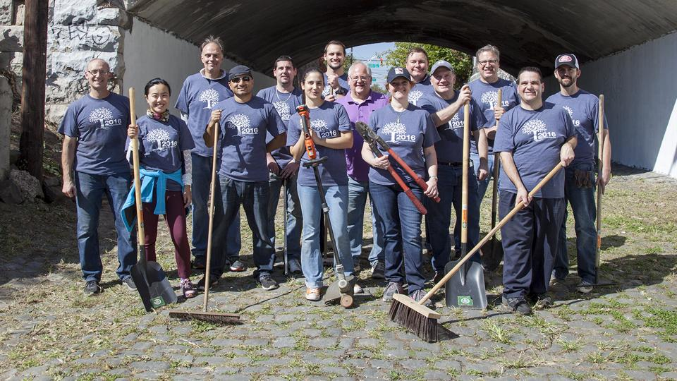 Verisk Volunteer Week 2016 - Employees volunteer for the Jersey City Parks Coalition (New Jersey)