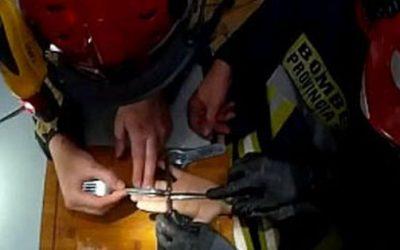 Los bomberos liberan los dedos de un menor atrapados en una cerradura
