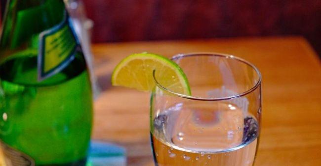 Restaurantes de París cobran las rodajas de limón de los refrescos