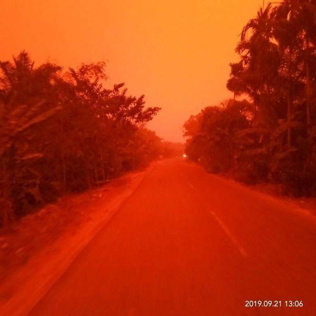 Un extraño fenómeno hace que el cielo en Indonesia se tiña de rojo