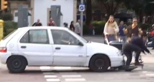 Atropellada por un coche a bordo de su patinete eléctrico tras ser entrevistada sobre seguridad vial