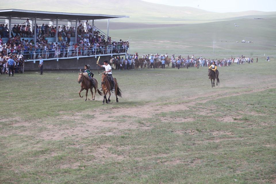Дархан-Уул аймгийн баяр наадмын Хязаалан насны морьдын уралдаанд нийт 90 хязаалан уралдлаа