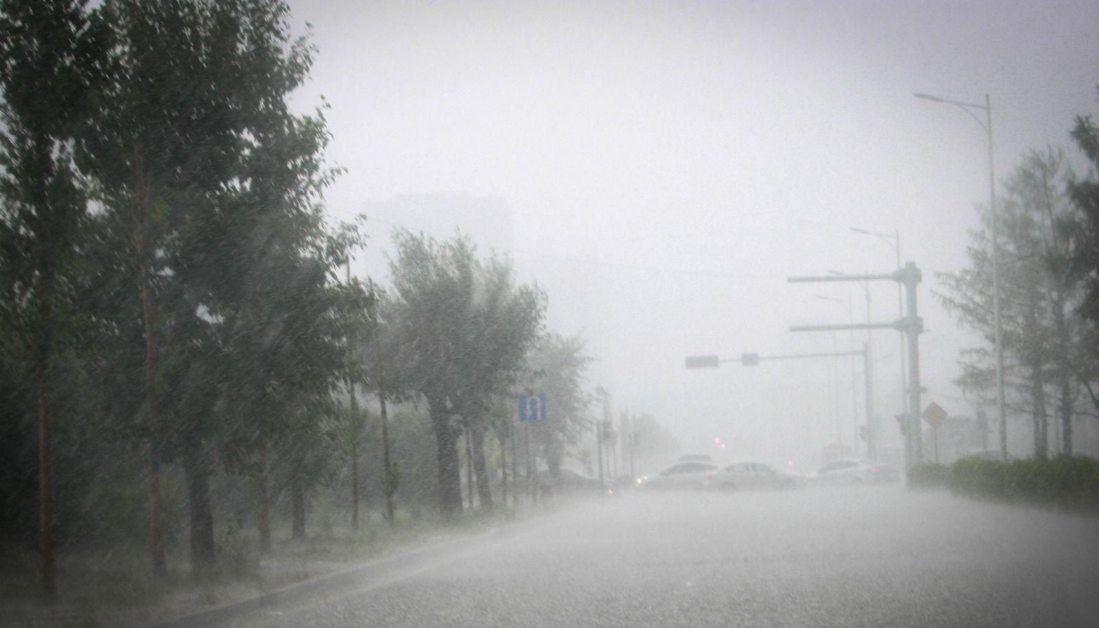 Дуу цахилгаантай усархаг бороо орох тул үерийн аюулаас сэрэмжилнэ үү