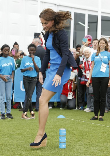 Britain's Catherine, Duchess of Cambridge plays South African games 'Three Tins' during a visit to the Commonwealth Games Village at the 2014 Commonwealth Games in Glasgow, Scotland July 29, 2014. (REUTERS/Danny Lawson/Pool)