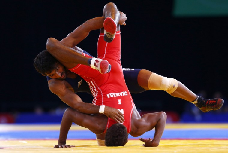 Yogeshwar Dutt of India (L) grapples with Chamara Perera of Sri Lanka during their men's freestyle 65kg wrestling semi-final at the 2014 Commonwealth Games in Glasgow, Scotland, July 31, 2014. REUTERS/Andrew Winning
