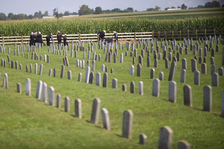 Amish dig a grave in a cemetery in Lancaster County, Pennsylvania August 9, 2014. (Mark Makela/Reuters)