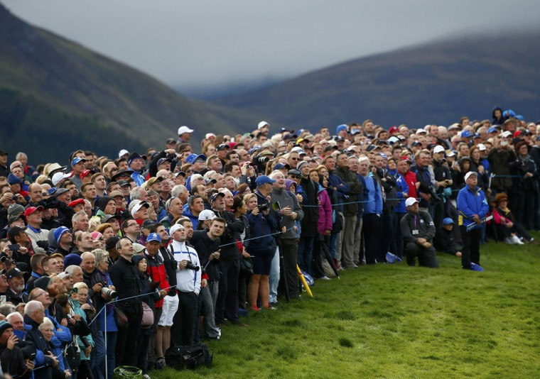 Spectators watch the flight of European Ryder Cup player Martin Kaymer's ball on the first hole during practice ahead of the 2014 Ryder Cup at Gleneagles in Scotland September 25, 2014. (REUTERS/Eddie Keogh)