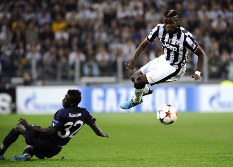 Juventus' Paul Pogba (R) fights for the ball with Malmo's Pa Konate during their Champions League Group A soccer match at Juventus Stadium in Turin September 16, 2014. (REUTERS/Giorgio Perottino)