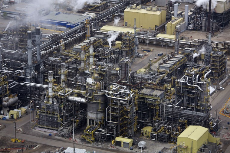 The processing facility at the Suncor tar sands operations near Fort McMurray, Alberta. In 1967 Suncor helped pioneer the commercial development of Canada's oil sands, one of the largest petroleum resource basins in the world. Picture taken September 17, 2014. (REUTERS/Todd Korol)