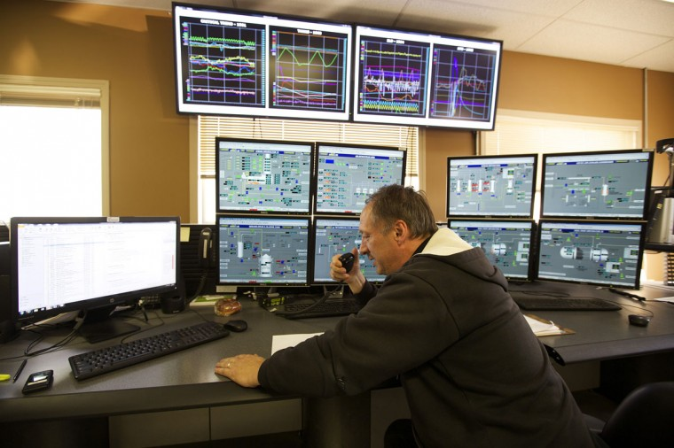 An employee works in the operations room at the McKay River Suncor oil sands in-situ operations near Fort McMurray, Alberta. In 1967 Suncor helped pioneer the commercial development of Canada's oil sands, one of the largest petroleum resource basins in the world. Picture taken September 17, 2014. (REUTERS/Todd Korol)