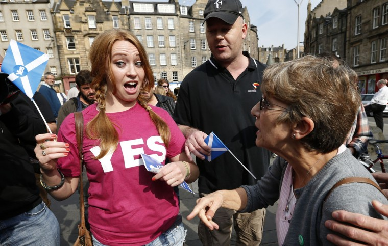 Opposing supporters for the Yes and No campaigns, argue in Edinburgh, Scotland on September 8, 2014. (REUTERS/Russell Cheyne)