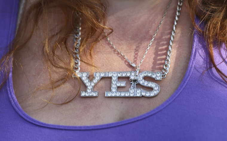 A 'Yes Campaign' supporter wears a necklace that reads 'YES', as Scotland's First Minister Alex Salmond campaigns in Edinburgh, Scotland on September 10, 2014. (REUTERS/Paul Hackett)