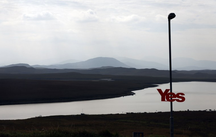 A 'YES' campaign sign is seen attached to a lamp post on the Isle of Lewis in the Outer Hebrides on September 11, 2014. (REUTERS/Cathal McNaughton)