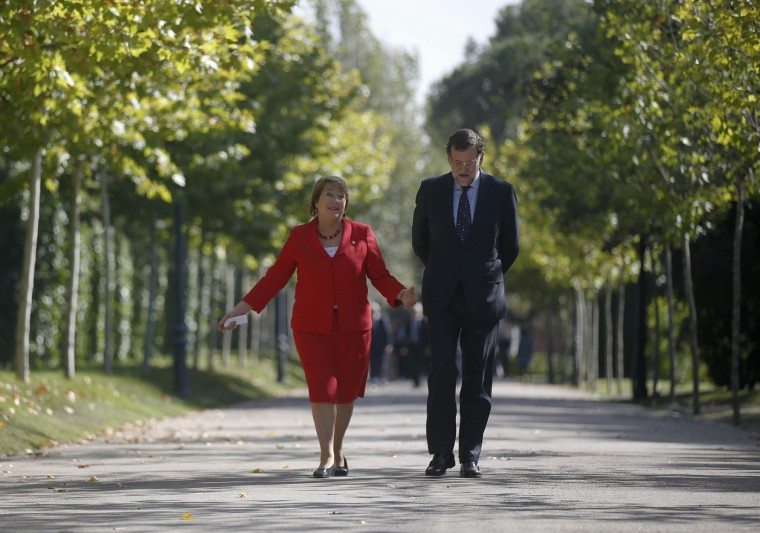 Chile's President Michelle Bachelet (L) and Spain's Prime Minister Mariano Rajoy arrive for a joint news conference at Moncloa palace in Madrid October 30, 2014. Bachelet is on an official two-day visit to Spain. REUTERS/Andrea Comas