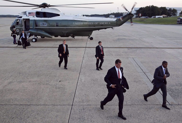 U.S. Secret Service agents step off a Marine helicopter before U.S. President Barack Obama departs Andrews Air Force Base outside Washington for Chicago, October 1, 2014. (Larry Downing/Reuters)