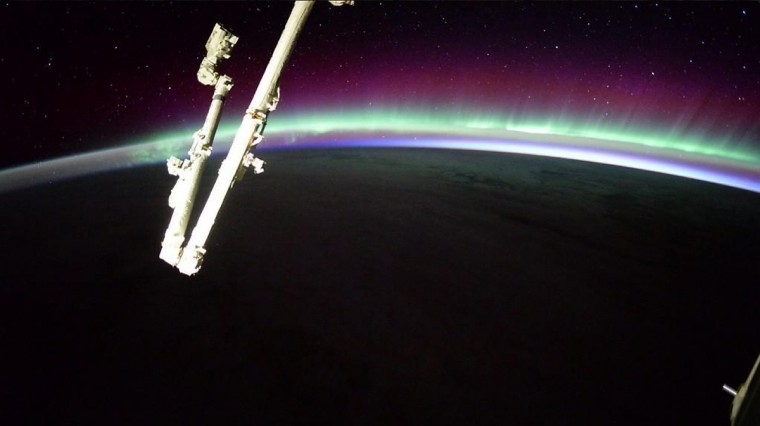 Wiseman spotted this unusually powerful aurora at sunrise on October 25. (Reid Wiseman/NASA)
