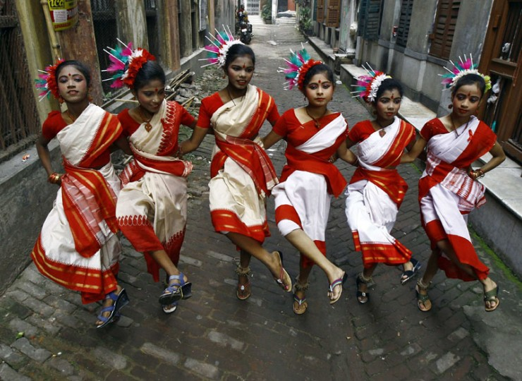 Girls perform a traditional dance in an alley during an HIV/AIDS awareness program on the eve of World AIDS Day in Kolkata November 30, 2014. World AIDS Day is observed on December 1 every year. (Rupak De Chowdhuri/Reuters)
