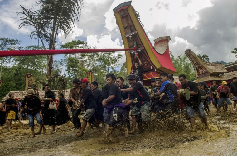 Villagers and relatives carry the remains of a deceased person as part of a traditional Rambu Solo funeral rite ceremony in Makale, Tana Toraja in South Sulawesi province December 26, 2014 in this photo taken by Antara Foto. REUTERS/Antara Foto/Sahrul Manda Tikupadang