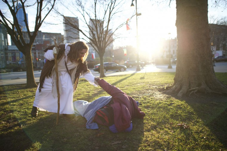"Michael Grant, 28, ""Philly Jesus,"" helps a homeless man to his feet in Philadelphia, Pennsylvania December 18, 2014. (Mark Makela/Reuters)"