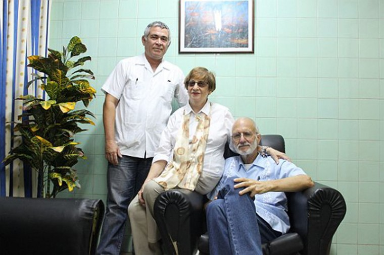 Jailed U.S. Agency for International Development (USAID) contractor Alan Gross, (R), poses for a picture during a visit with Cuban Jewish Community leader Adela Dworin, (C), and David Prinstein, Vice President, at Havana's Carlos J Finlay Military Hospital in this September 28, 2012 file photo. Cuba has released American aid worker Alan Gross after five years in prison, a U.S. official said on Wednesday amid reports of a prisoner exchange that heralds a major overhaul of U.S. policy toward Cuba. REUTERS/Handout