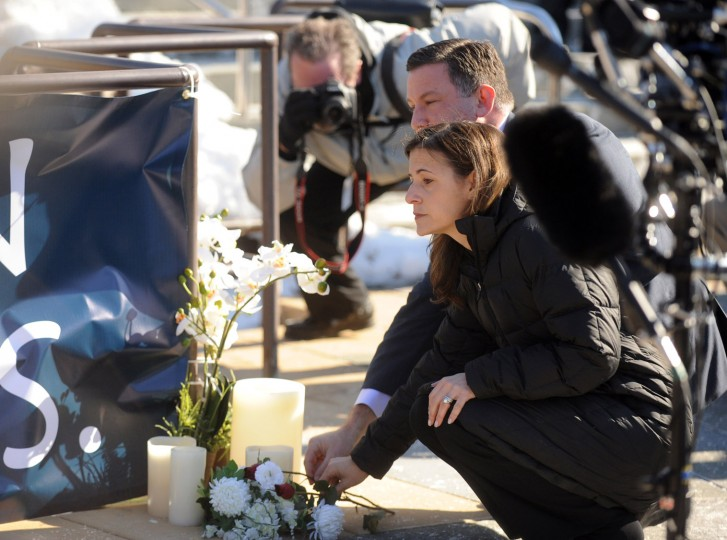 County executive Ken Ulman and his wife Jaki Ulman lay a rose down together at a memorial honoring the lives of the shootings victims at the Mall in Columbia on Monday, Jan 27. (Brian Krista/BSMG)