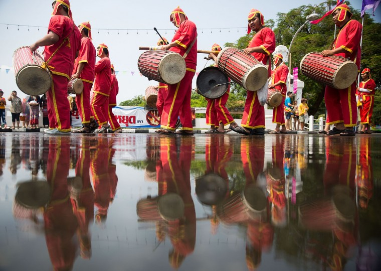 Thai performers take part in a Songkran parade on April 13, 2015 in Chiang Mai, Thailand. The Songkran festival, marking the traditional Thai New Year, is celebrated each year from April 13 to 15. The throwing of water was traditionally a sign of respect and well wishing during the festival. (Photo by Taylor Weidman/Getty Images)