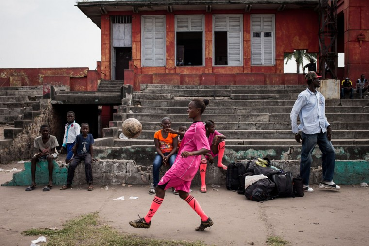 A player juggles before a match in Kinshasa on April 11, 2015. (AFP Photo/Federico Scoppa)