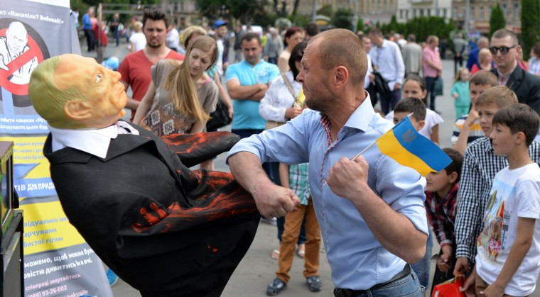 A man punches an effigy of Russian President Vladimir Putin on May 31, 2015 on a street in the western Ukrainian city of Lviv. (AFP Photo/Yuriy Dyachyshyn)