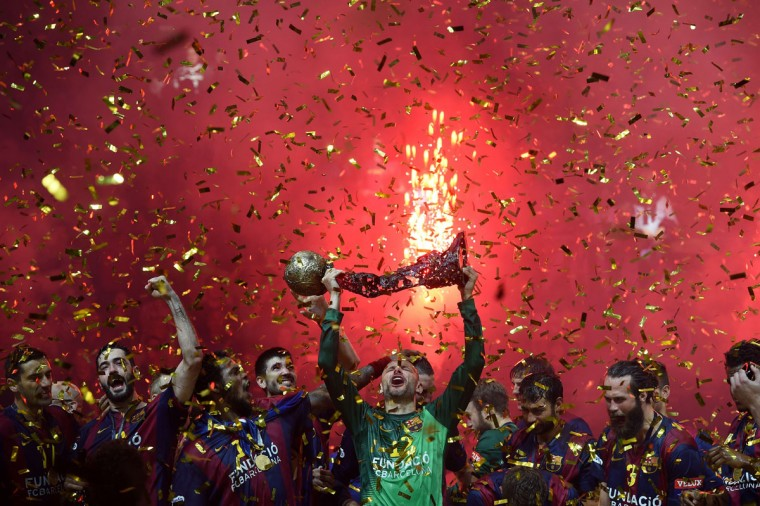 Barcelona´s players celebrate after the Handball Champions League EHF Final Four Final match FC Barcelona vs MKB-MVM Veszprem in Cologne, western Germany, on May 31, 2015. Barcelona won the match 28-23. (AFP Photo/Patrik Stollarz)
