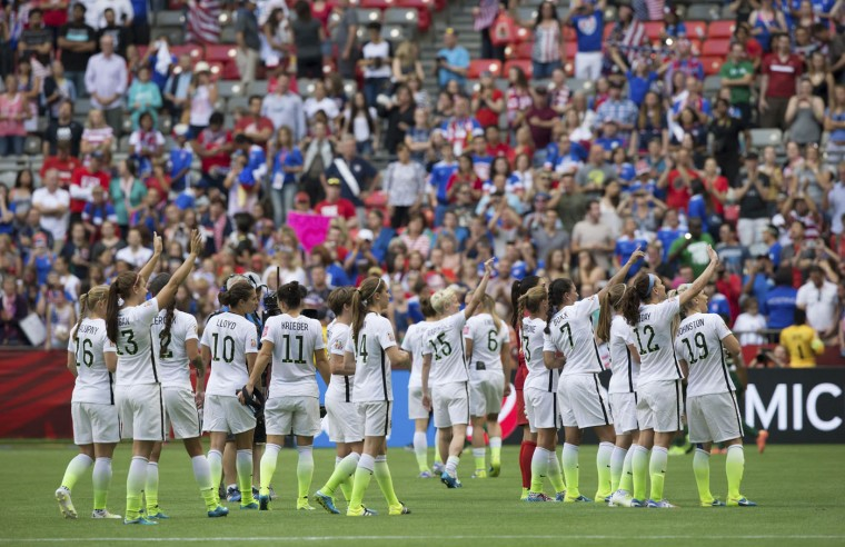 United States players acknowledge the crowd after defeating Nigeria 1-0 during a FIFA Women's World Cup soccer game Tuesday, June 16, 2105, in Vancouver, British Columbia, Canada. (Darryl Dyck/The Canadian Press via AP)