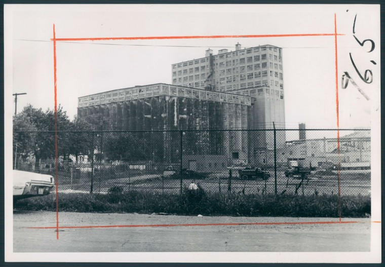 A view of a mammoth grain building in Locust Point that members of the civic association in 1974 said spoiled the view of Fort McHenry. (Baltimore Sun photo)