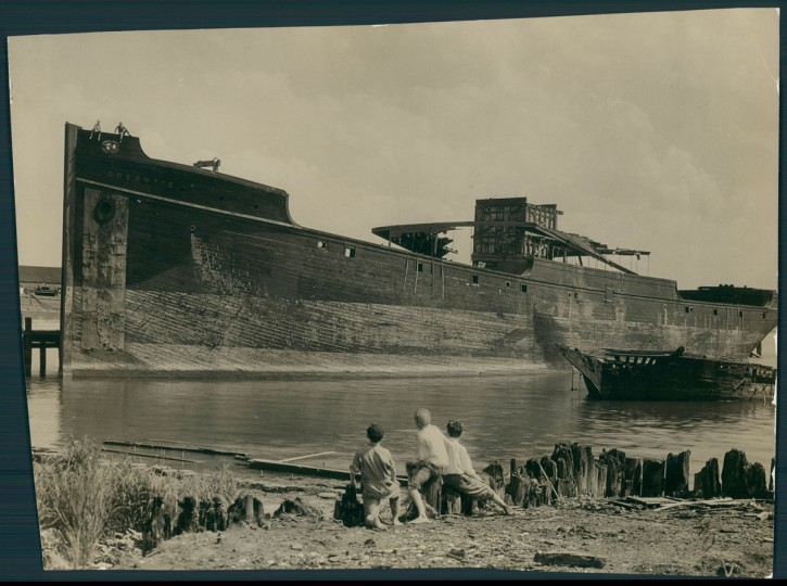 A ship is abandoned on the sand bar at Locust Point on Aug. 10, 1930. (Baltimore Sun photo by A. Aubrey Bodine)