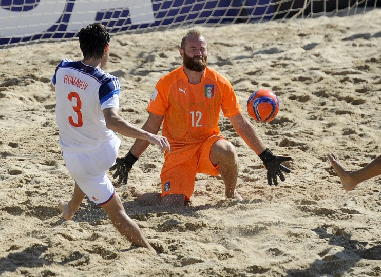 Italy's goalkeeper Del Mestrevies fails to stop a goal from Russia's Romanov during their Beach Soccer World Cup third place match in Espinho, Portugal, Sunday, July 19, 2015. Russia won 5-2. (AP Photo/Paulo Duarte)