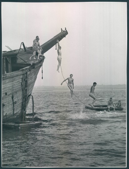 Jumping into the Patapso off Locust Point on Aug. 20, 1951. (Baltimore Sun photo by Joe DiPaola)