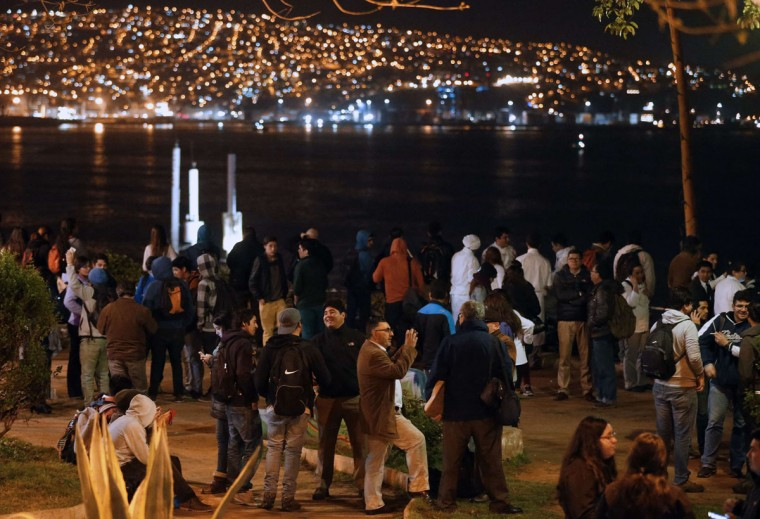 People gather at the Placeres hill viewpoint after a tsunami alert in Valparaiso, Chile on September 16, 2015. A strong 7.9-magnitude earthquake struck the center of Chile on Wednesday, US seismologists said, triggering a tsunami alert that stretched to Peru and the evacuation of coastal areas. (AFP Photo/Aton - andres pinaandres pina)
