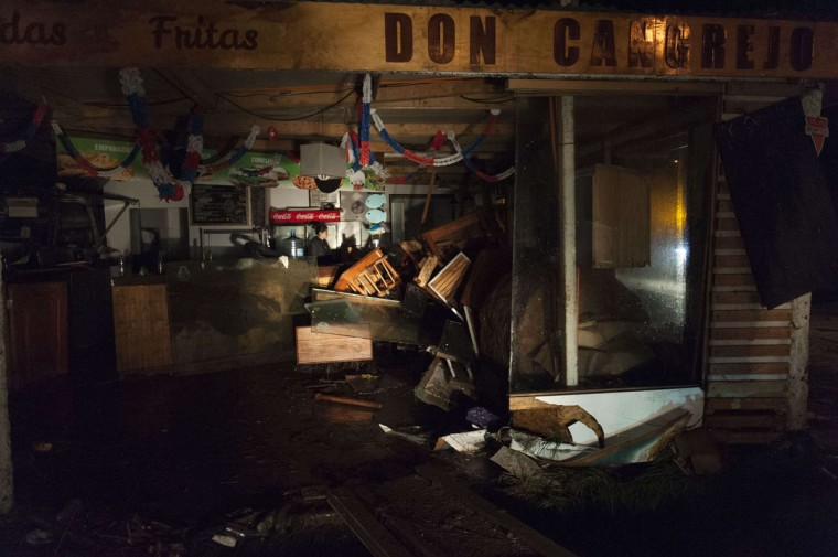 A damaged store is seen after a large earthquake in Concon, some 110 kms northwest of Santiago on September 16, 2015. The 8.3-magnitude earthquake that struck off the coast of Chile has left at least five dead, a million evacuated and one person missing, an official said. (AFP Photo/P / )