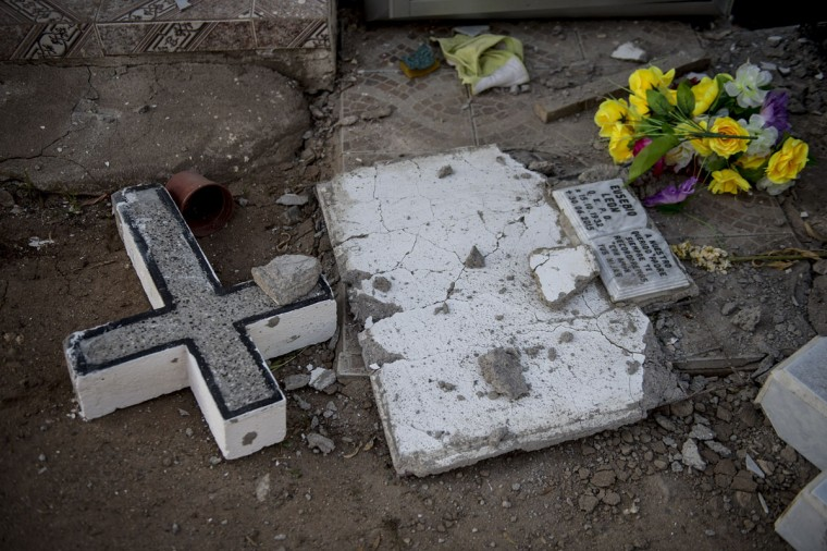 A damaged headstone at a cemetery after an earthquake in Illapel, some 200 km north of Santiago on September 17, 2015. A powerful 8.3-magnitude earthquake struck off Chile on September 17, killing eight people, forcing the evacuation of a million and sparking warnings that tsunami waves could reach Japan. (AFP Photo/P )