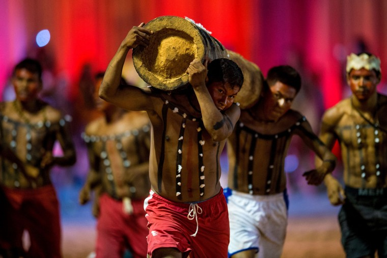 An indigenous man from the Xerente tribe competes in a relay race carrying a tree trunk during the first World Games for Indigenous Peoples on October 27, 2015 in Palmas, Brazil. (Photo by Buda Mendes/Getty Images)