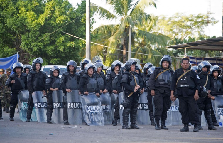 Nicaraguan policemen stand guard in Penas Blancas, Guanacaste, Costa Rica, in the border with Nicaragua on November 16, 2015. A surge of some 2,000 Cuban migrants trying to cross Central America to reach the United States triggered a diplomatic spat between Costa Rica and Nicaragua Monday, plunging tense relations between the two countries to a new low. (AFP Photo/Ezequiel Becerra)