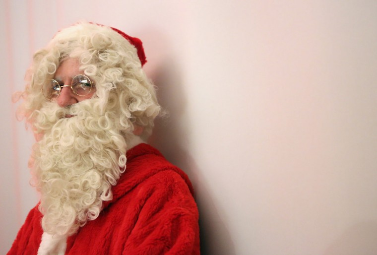 An participant dressed as Santa Claus attends a gathering of volunteer student Santas and angels on November 28, 2015 in Berlin, Germany. (Photo by Adam Berry/Getty Images)