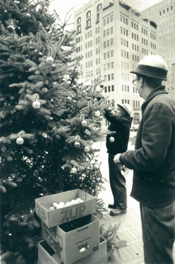 City workers decorate a tree at Charles Center. (Baltimore Sun archives, 1979)