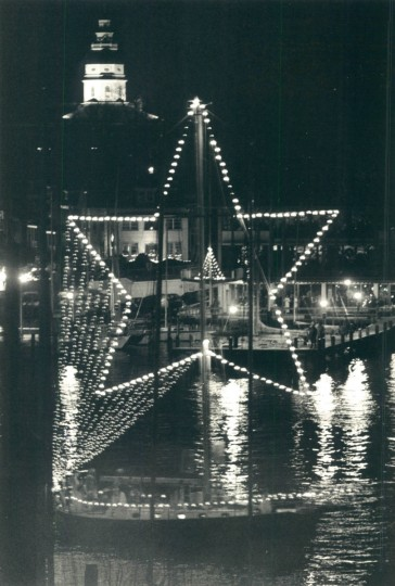 Boats waiting to travel under the Eastport bridge cruise past a glowing State House dome. (Karl M. Ferron/Baltimore Sun, 1988)