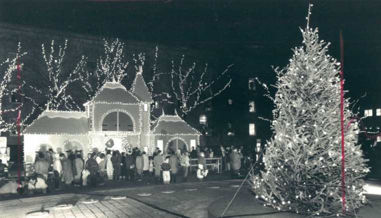 The annual Christmas lights spectacle at the court house plaza in Towson. (Kenneth K. Lam/Baltimore Sun, 1989)
