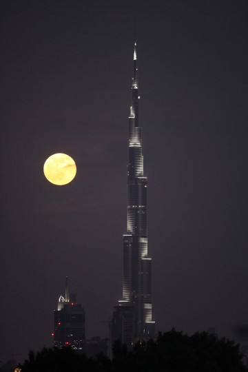 The moon rises behind the Burj Dubai, the world's tallest skyscraper, in Dubai's Business district on December 2, 2009 in Dubai, United Arab Emirates. (Photo by Dan Kitwood/Getty Images)