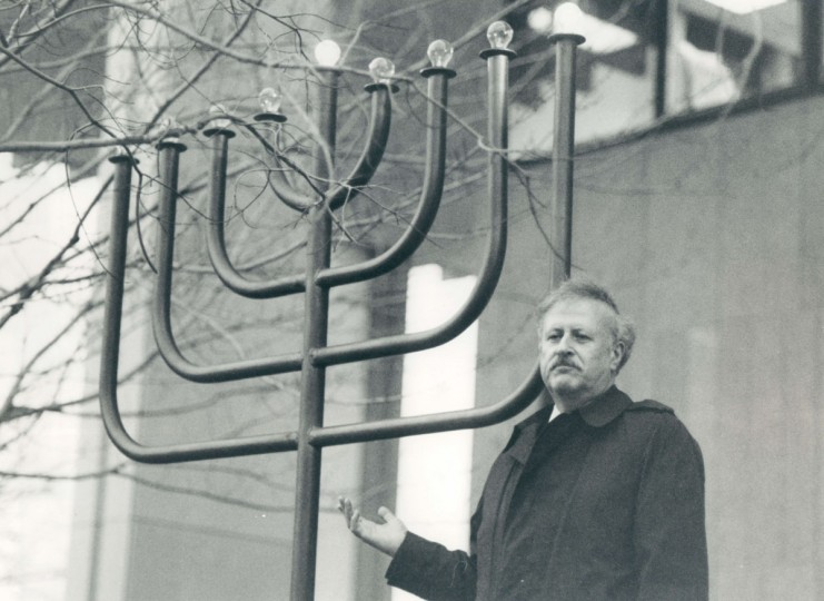 Rabbi Seymour Essrog officiates at menorah lighting ceremony at the Towson courthouse. (Barbara Haddock/Baltimore Sun, 1984)