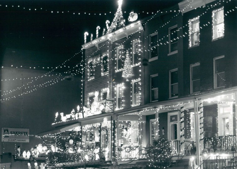 Christmas lights encompass the entire 700 block of 34th St in 1991. (Gene Sweeney Jr./Baltimore Sun)