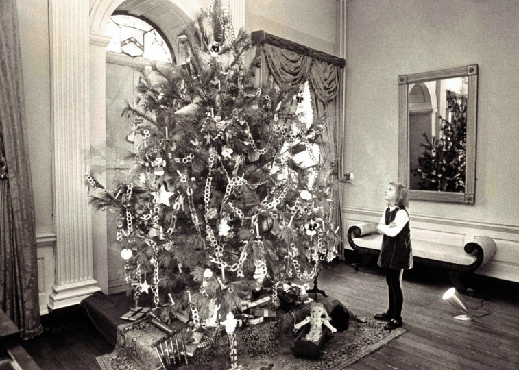 A Christmas tree is seen in the great hall of Hampton House in 1971. (Richard Childress/Baltimore Sun)