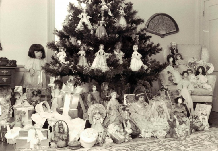 Mary Ellen Schaefer decorated her house for Christmas in 1981 with hand-crafted items including dolls, dried flowers and cloth wall hangings. (Nora Gruner/Baltimore Sun)