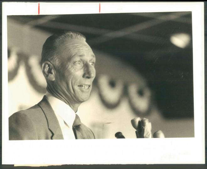 Cal Ripken Sr. speaks to the media on Oct. 6, 1986. (Baltimore Sun photo)