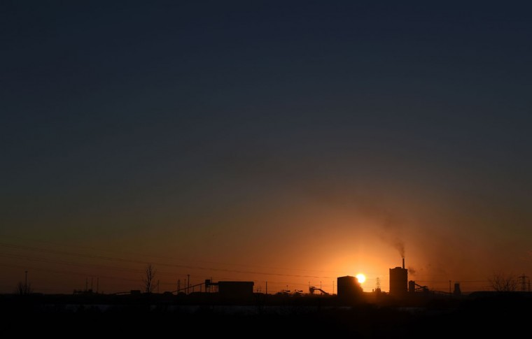 The sun beyond the Tata Steel steel plant at Port Talbot, south Wales on March 30, 2016. Indian giant Tata Steel on March 30, 2016 put its British business up for sale, sparking calls for the government to intervene and safeguard thousands of jobs in the crisis-hit industry. (AFP Photo/Paul Ellis)